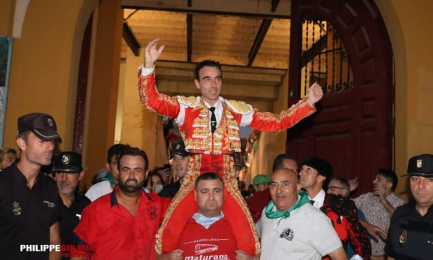 Enrique Ponce abre la puerta grande en Huesca