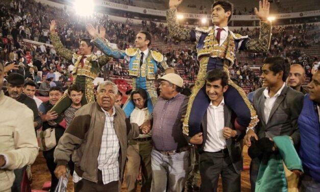 Ponce, Flores y Luis David, a hombros en un aniversario triunfal