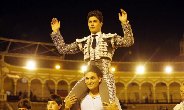 A hombros Rafael González y cornada para Marcos en la novillada nocturna de Sevilla