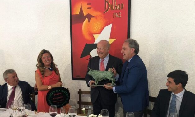Álvaro Domecq recoge el premio a la mejor corrida del pasado año en Bilbao