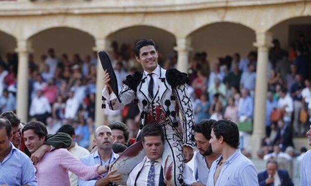 Pablo Aguado, genial con el capote, a hombros en la Goyesca de Ronda