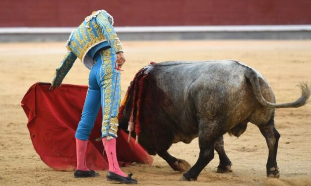 Curro Díaz salva la tarde al natural en Madrid