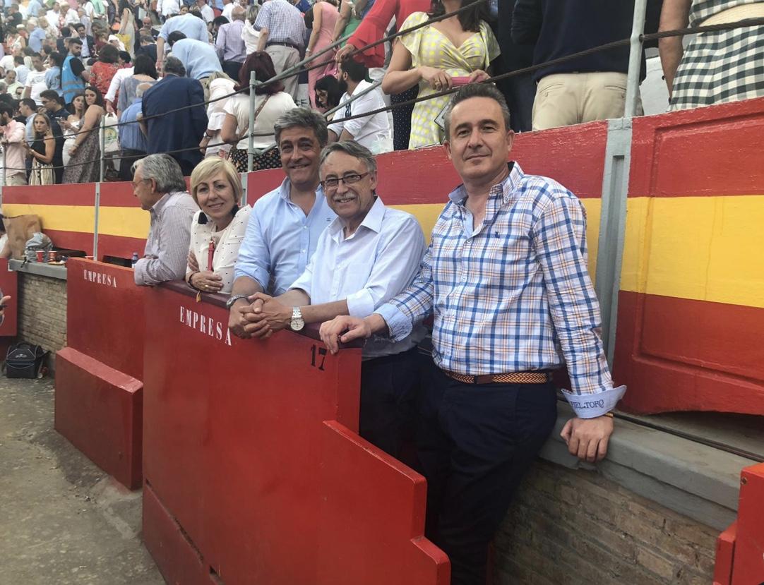 El coordinador del Capítulo de la FTL en Granada, Fernando Navarro, acompañando a los toros a Pedro Martínez, alcalde del PSOE en Atarfe, y María del Pilar García y Antonio Ruiz, concejales del PP de la localidad granadina.