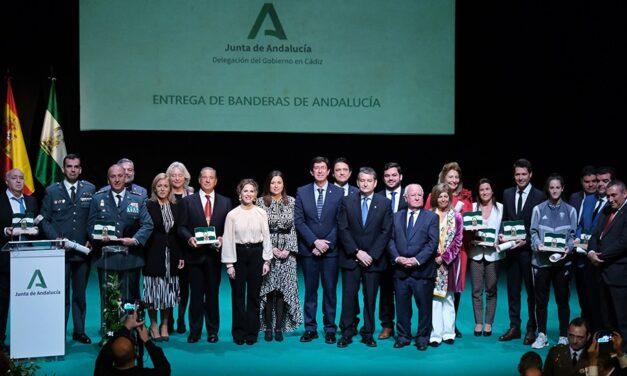 Paco Ojeda recibe la bandera de Andalucía
