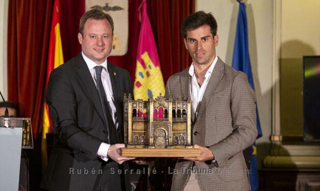 Rubén Pinar recoge el trofeo como triunfador de Albacete