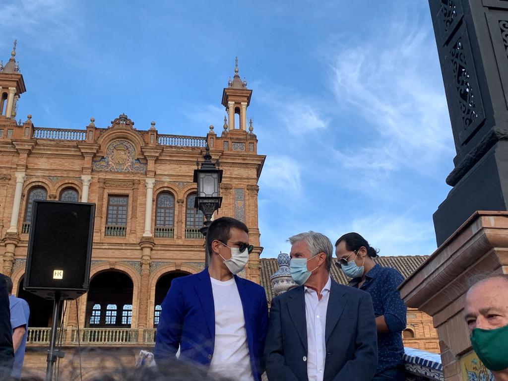 Espartaco y José María Manzanares, en el paseo de Sevilla