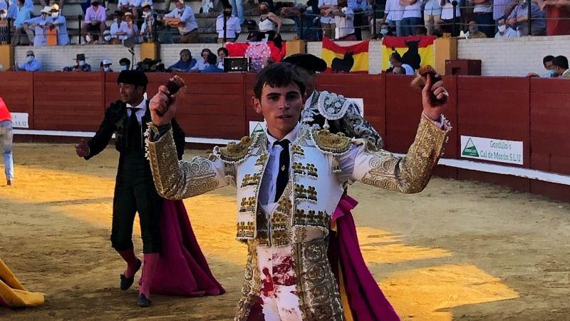 Manuel Osuna, de la Escuela Taurina de Écija, con las dos orejas.