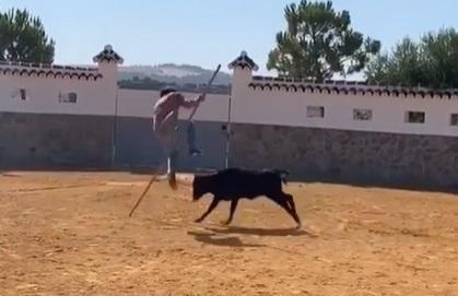 Morante se atreve con el salto de la garrocha