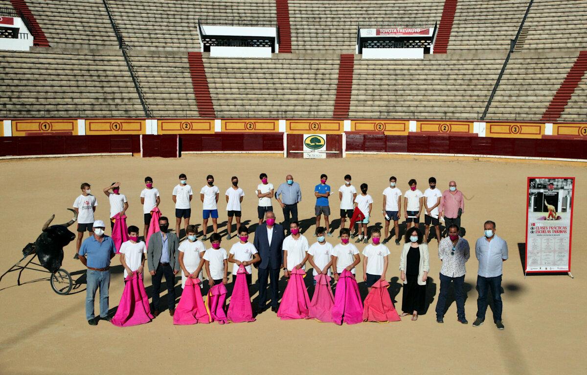 La Diputación de Badajoz reafirma su compromiso con la escuela taurina y los ganaderos de la zona