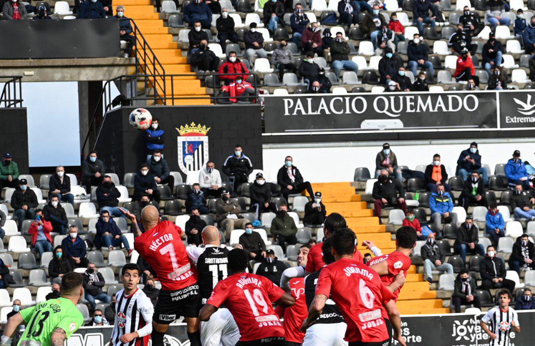 Alrededor de 3.000 personas han acudido al estadio del Badajoz para ver el partido de este domingo.