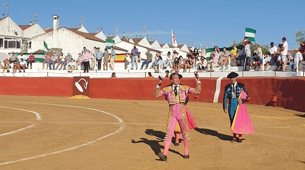 Triunfal festejo benéfico en Campofrío: diez orejas, un rabo simbólico y un indulto