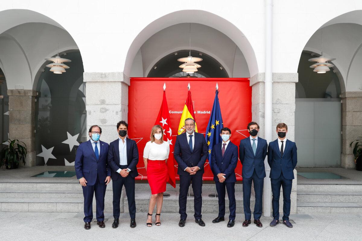 El consejero de Presidencia de Madrid recibe a los finalistas del Circuito